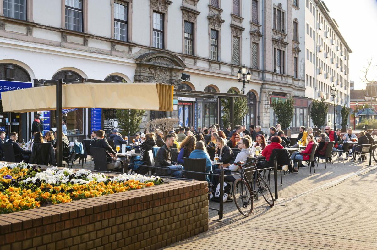 Vendégek ülnek egy söröző teraszán Nyíregyháza belvárosában 2021. április 24-én.