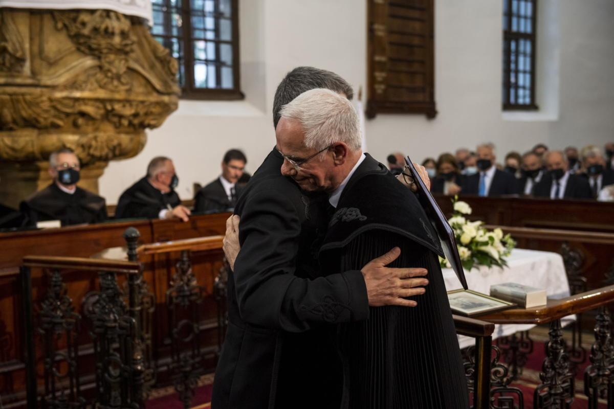 Balog Zoltán, a Dunamelléki Református Egyházkerület püspöke (j) megöleli Kövér Lászlót, az Országgyűlés elnökét a Közgyűlésen a püspökszentelő istentiszteleten pünkösdhétfőn a nagykőrösi református templomban 2021. május 24-én.