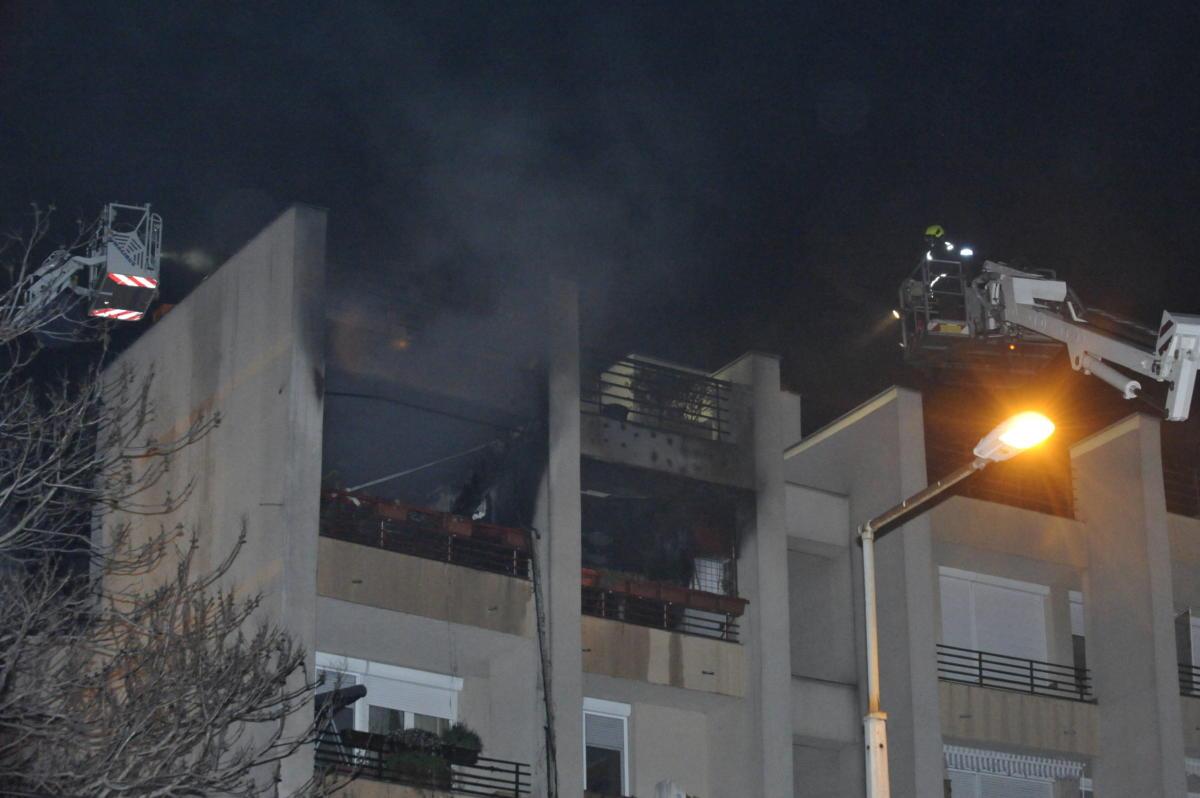 Tűzoltók dolgoznak egy társasház negyedik emeleti lakásában keletkezett tűz oltásán a X. kerületi Harmat utcában 2021. május 1-jén.