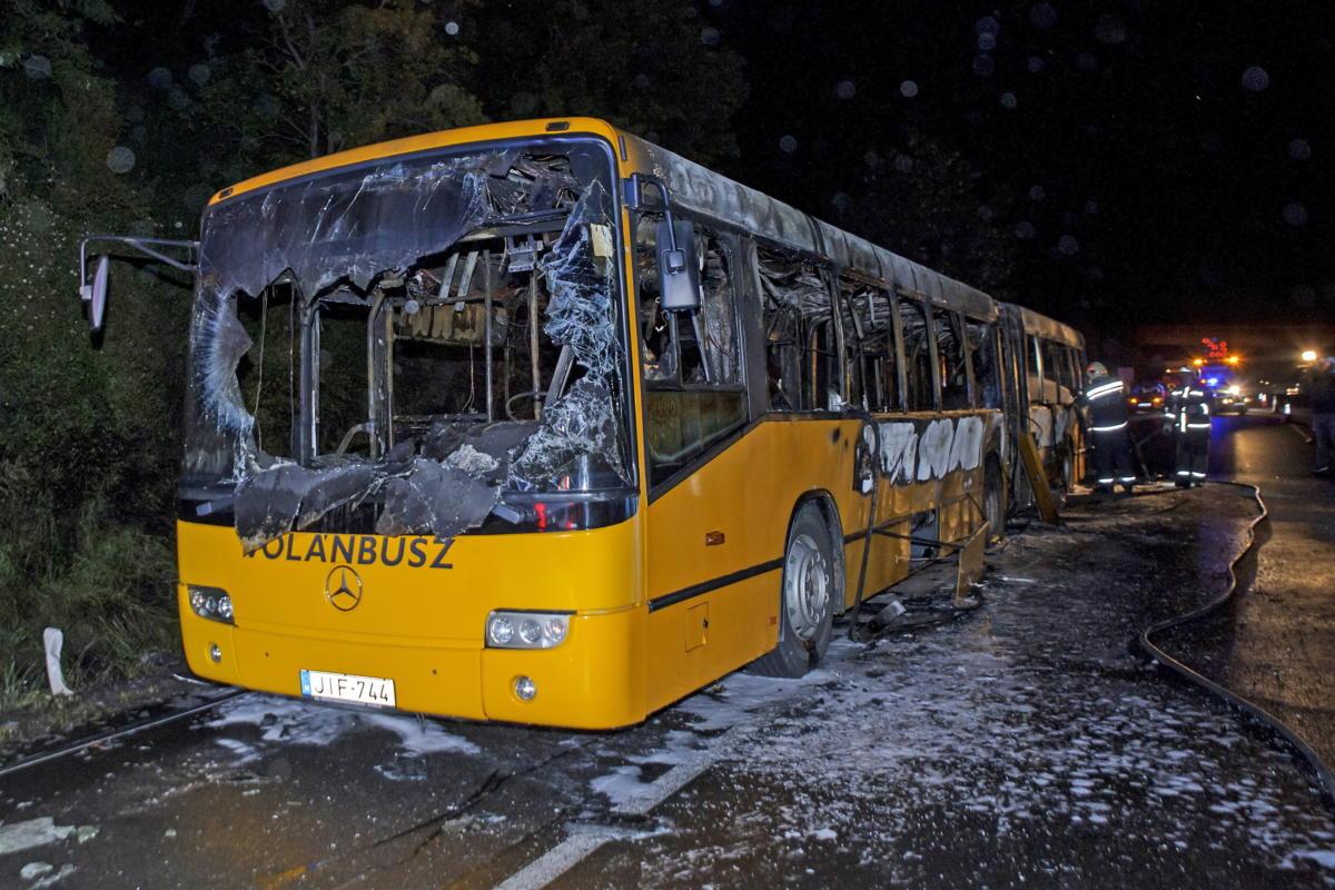 Kiégett autóbusz az M7-es autópályán Érdnél, a Balaton felé tartó oldalon 2021. május 28-án este. A járművön ketten voltak, de ők időben elhagyták a buszt. A balesetben senki sem sérült meg.