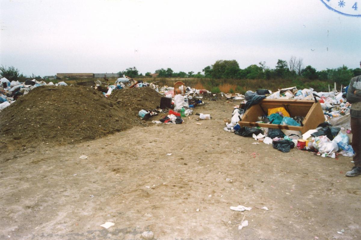 A rendőrség korabeli fotója a hulladéklerakó telepről, ahol a csecsemő holttestét megtalálták.