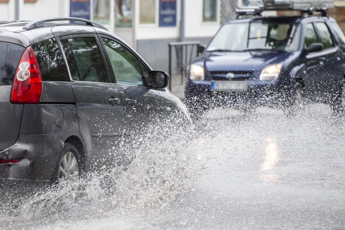 Autók közlekednek a vízzel elöntött Kecskeméti úton felhőszakadás után Nagykőrösön 2021. május 17-én.