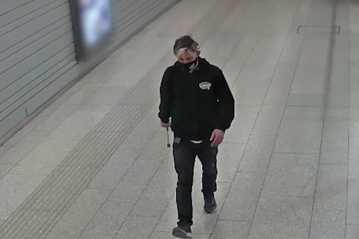 Húsklopfolóval verte a csomagautomatákat egy férfi Kelenföldön, keresi a rendőrség
