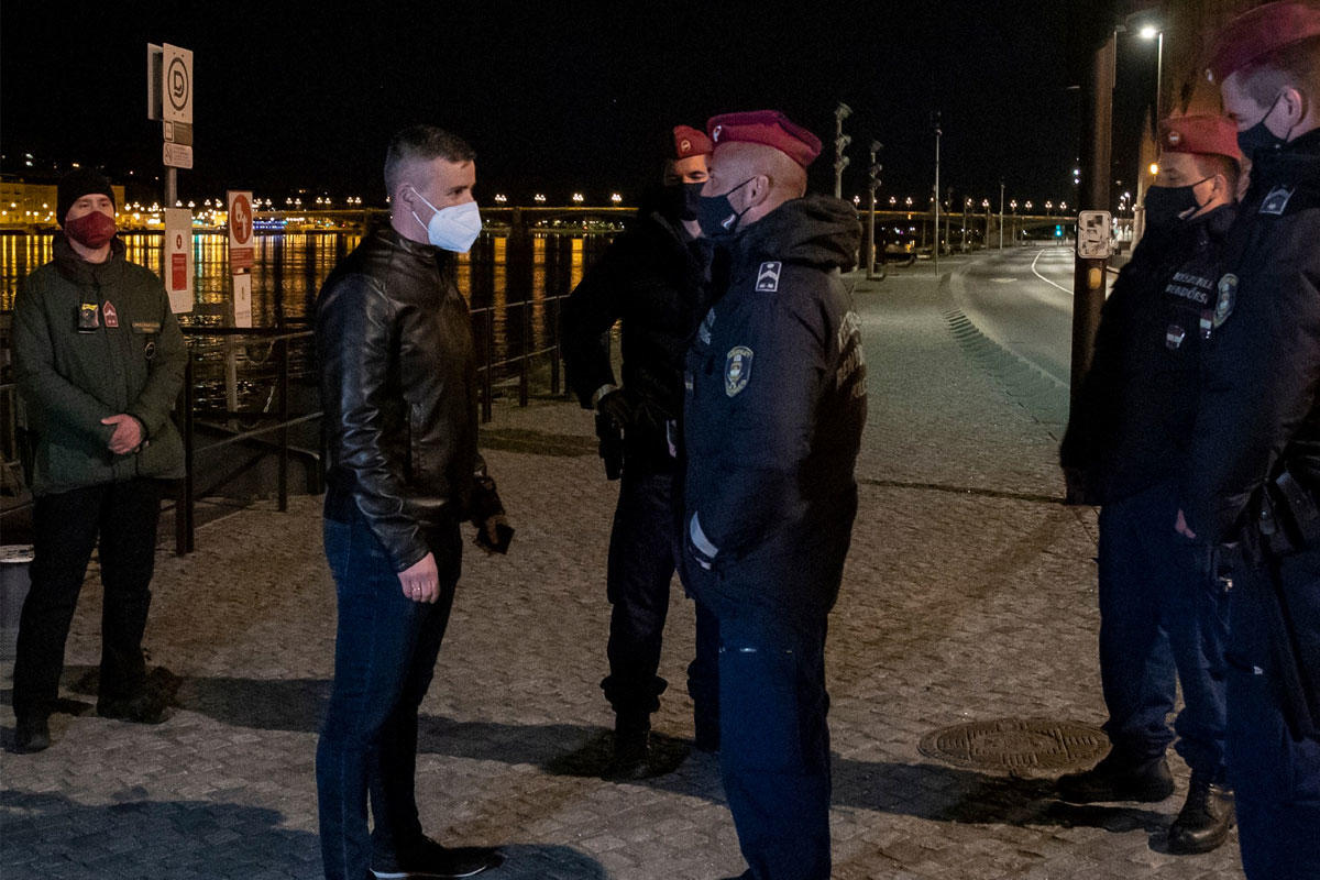 Rendőrök vették körbe Jakab Pétert az éjjel