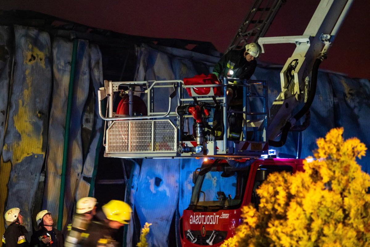 Tűzoltók egy kiskőrösi üzemcsarnoknál, amely kiégett 2021. május 23-án.