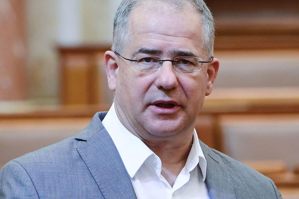 Kósa Lajos fideszes képviselő expozét tart a kisgyermekkel otthon lévők szövetkezetének létrehozásáról szóló törvényjavaslat vitájában az Országgyűlés plenáris ülésén 2021. május 27-én.