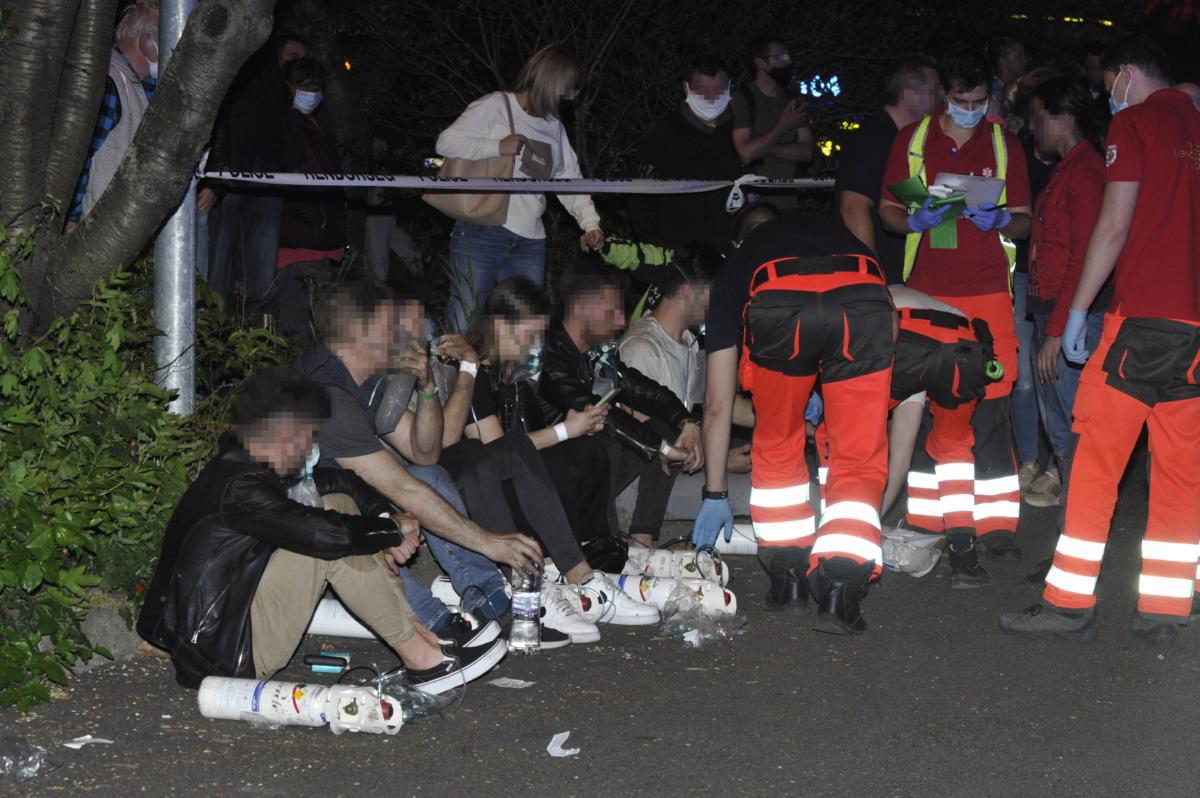 Mentők látják el a kimenekített embereket 2021. május 1-jén este a X. kerületi Harmat utcában, ahol tűz keletkezett egy társasház negyedik emeleti lakásában.
