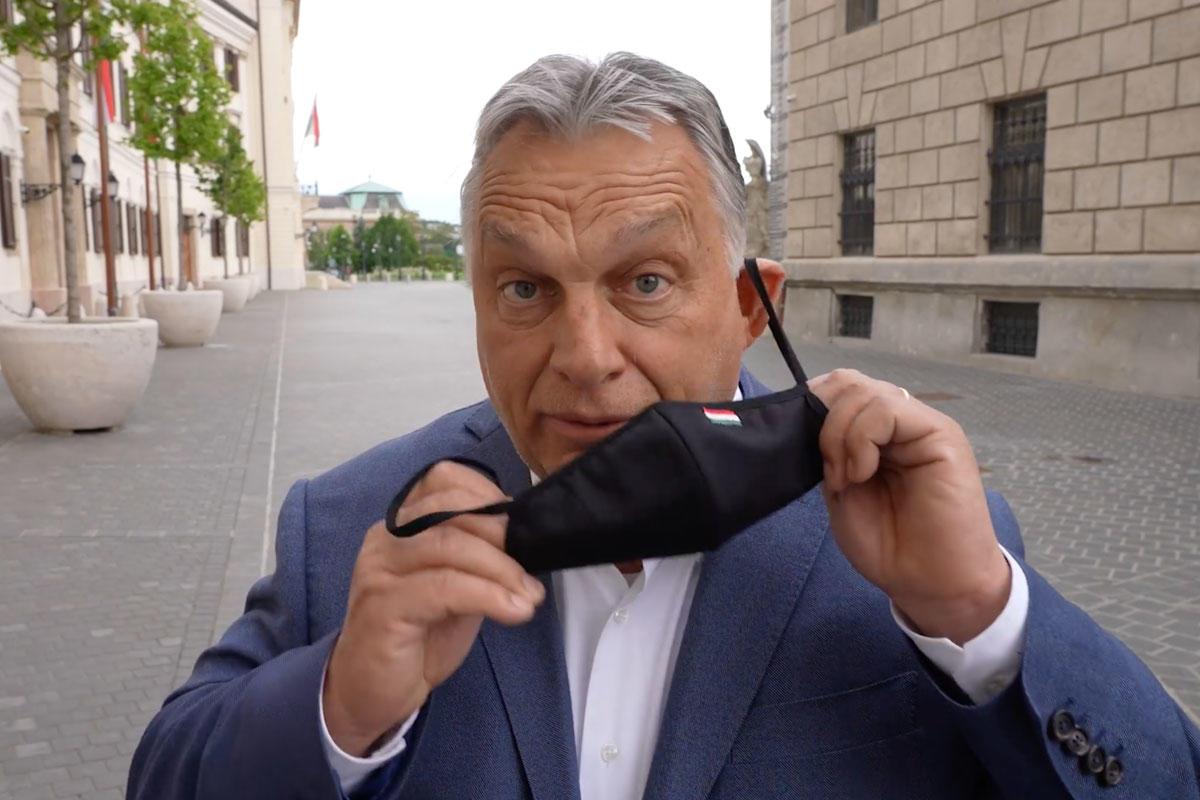 Orbán Viktor leveszi a maszkját.