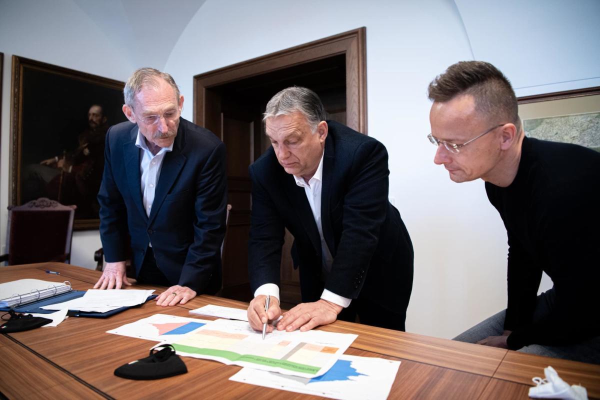 Orbán Viktor tollával mutatta meg Szijjártónak és Pintérnek, hol van a papírlap közepe