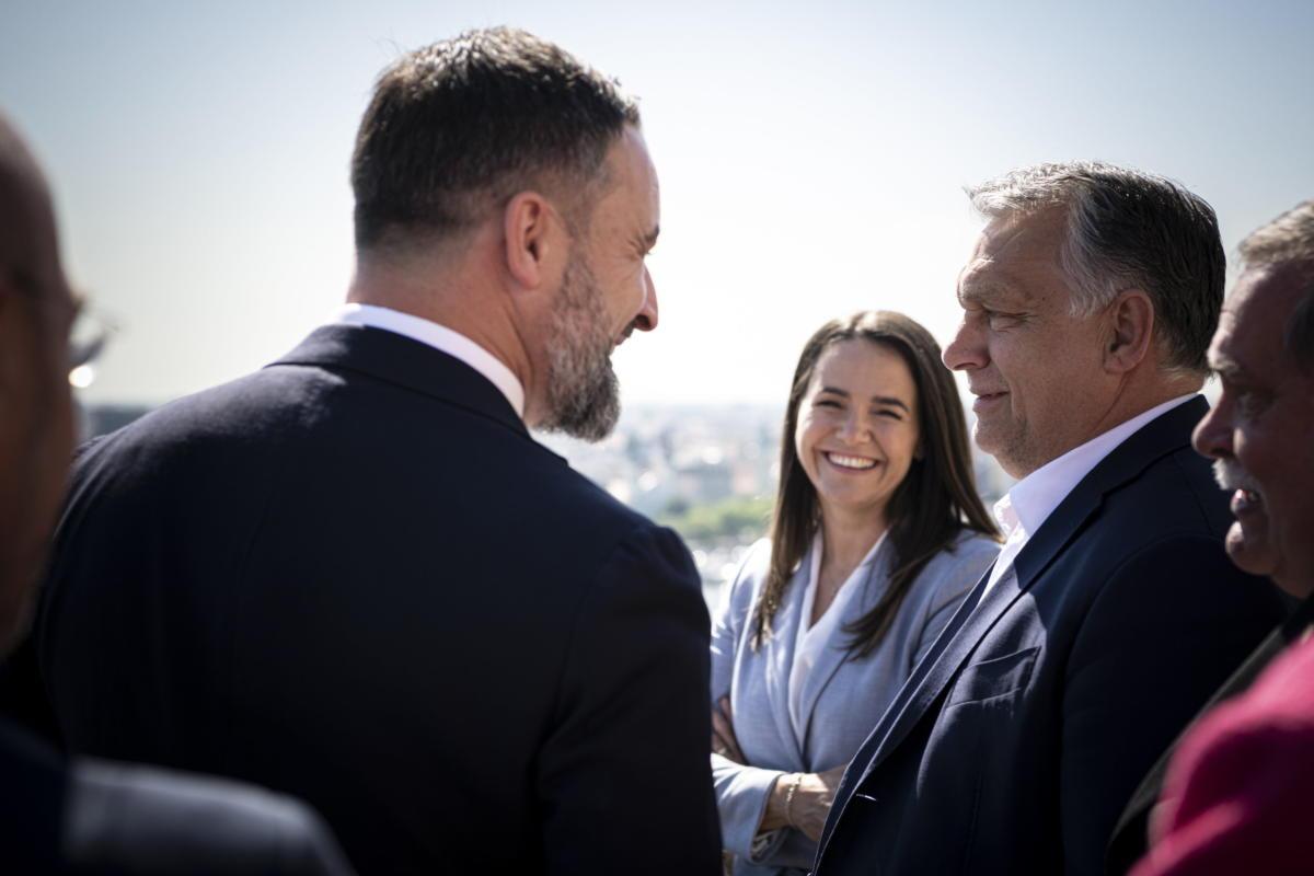 Orbán Viktor miniszterelnök, a Fidesz elnöke (j) fogadja a spanyol jobboldali VOX párt vezetőjét, Santiago Abascalt a Karmelita kolostorban 2021. május 27-én. Középen Novák Katalin családokért felelős tárca nélküli miniszter, a Fidesz alelnöke.