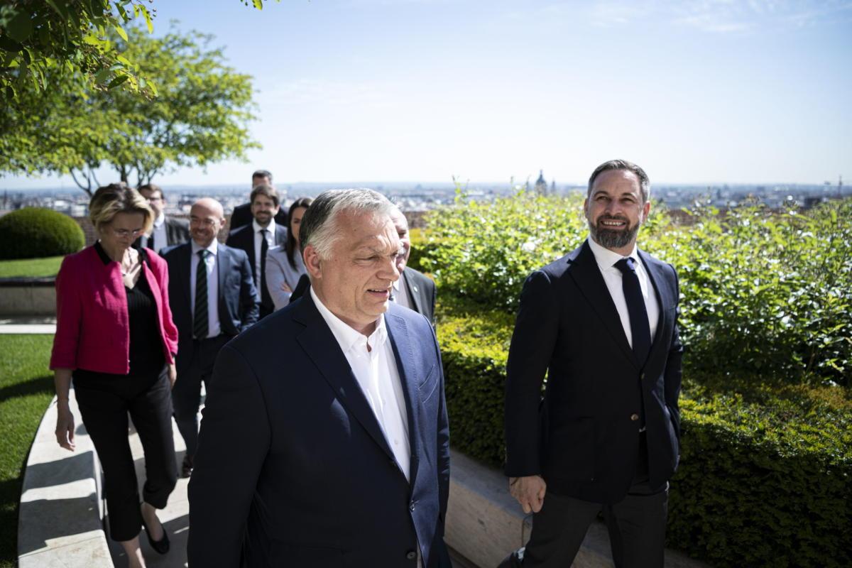 Orbán Viktor miniszterelnök, a Fidesz elnöke (b) fogadja a spanyol jobboldali VOX párt vezetőjét, Santiago Abascalt a Karmelita kolostorban 2021. május 27-én.