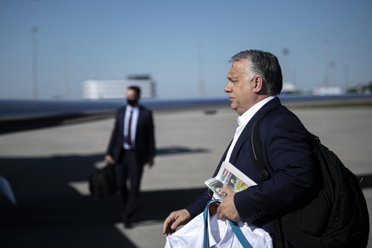 Orbán Viktor miniszterelnök brit partnerével, Boris Johnsonnal folytatandó londoni találkozójára indul a Liszt Ferenc-repülőtérről 2021. május 28-án.