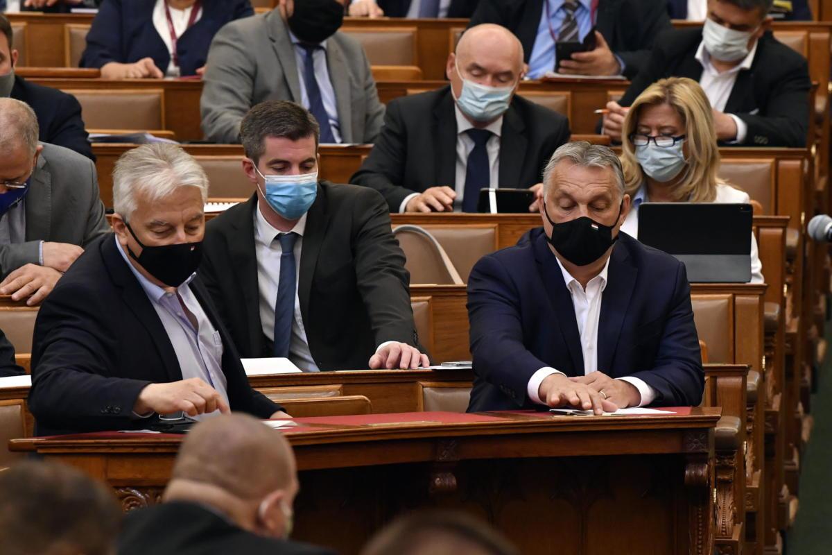 Szavazás az Országgyűlés plenáris ülésén 2021. május 18-án. Elöl Orbán Viktor miniszterelnök (j) és Semjén Zsolt miniszterelnök-helyettes (b).
