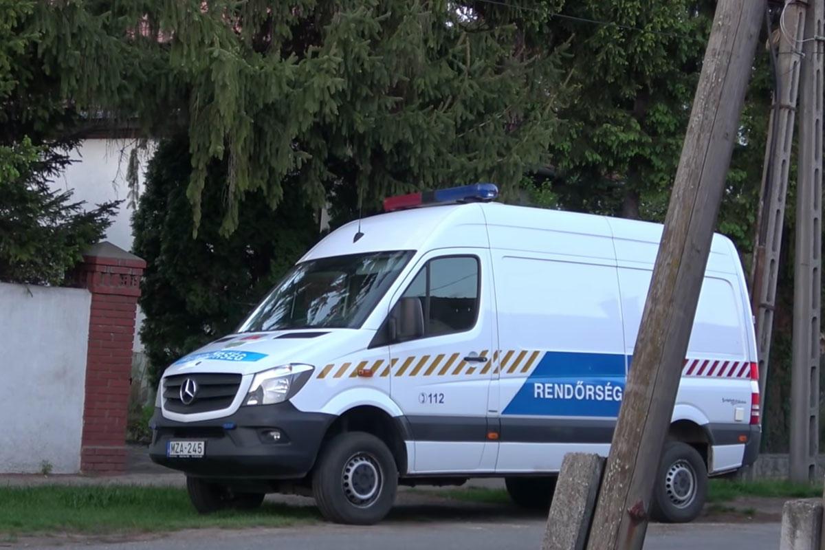 Rendőrök helyszínelnek Kásler Miklós sárvári otthonánál.