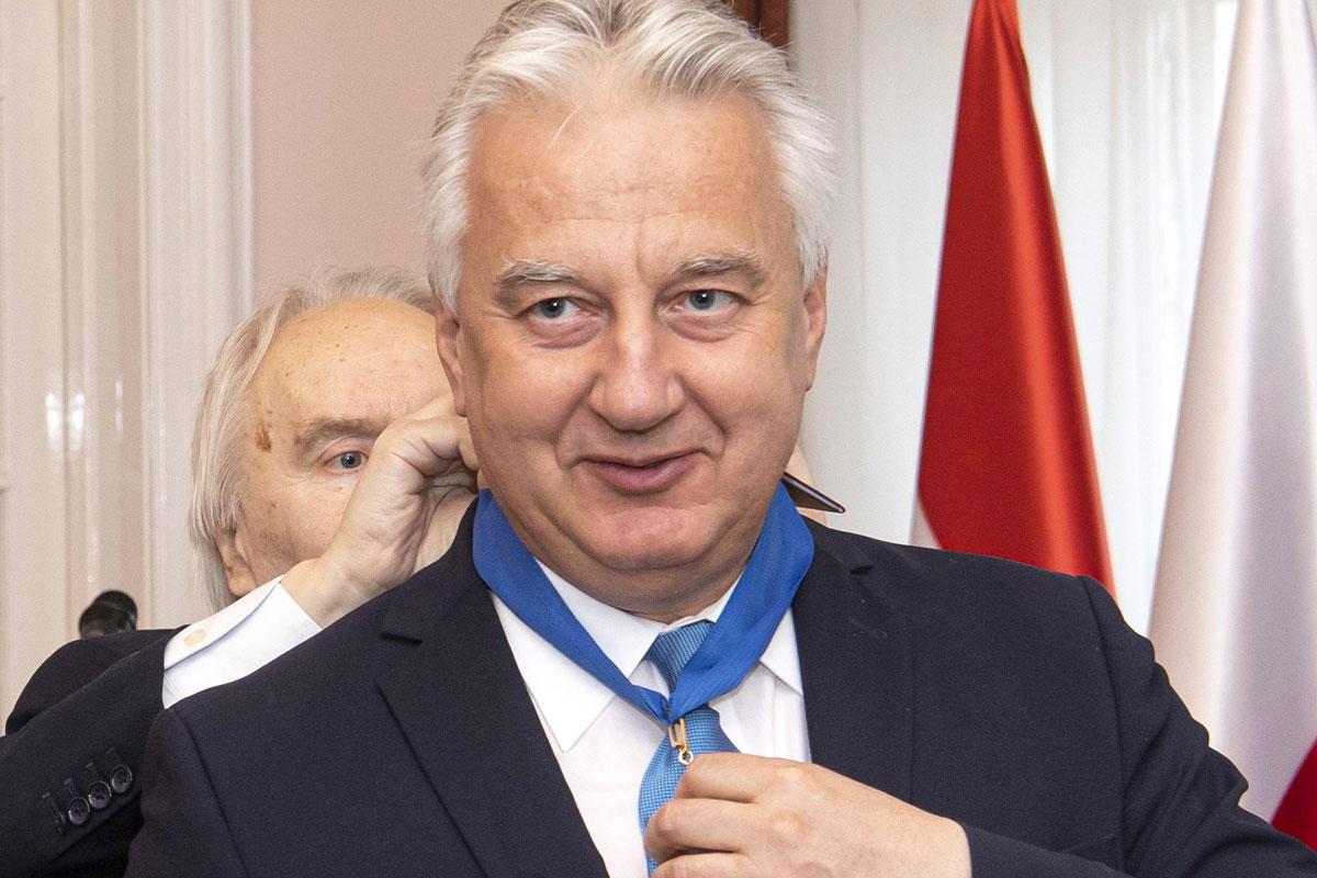 Semjén Zsolt nemzetpolitikáért, egyházügyekért és nemzetiségekért felelős miniszterelnök-helyettesnek (j) a Lengyel Köztársaság parancsnoki keresztje kitüntetést adja át Jerzy Snopek, Lengyelország magyarországi nagykövete a lengyel nagykövetségen 2021. május 25-én.