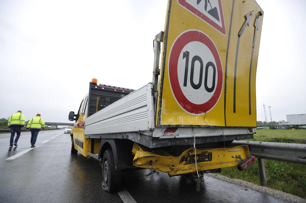 A közútkezelő terelést előjelző sérült teherautója, amelybe belehajtott egy személygépkocsi az M5-ös autópályán, az újhartyáni lehajtónál 2021. május 20-án.