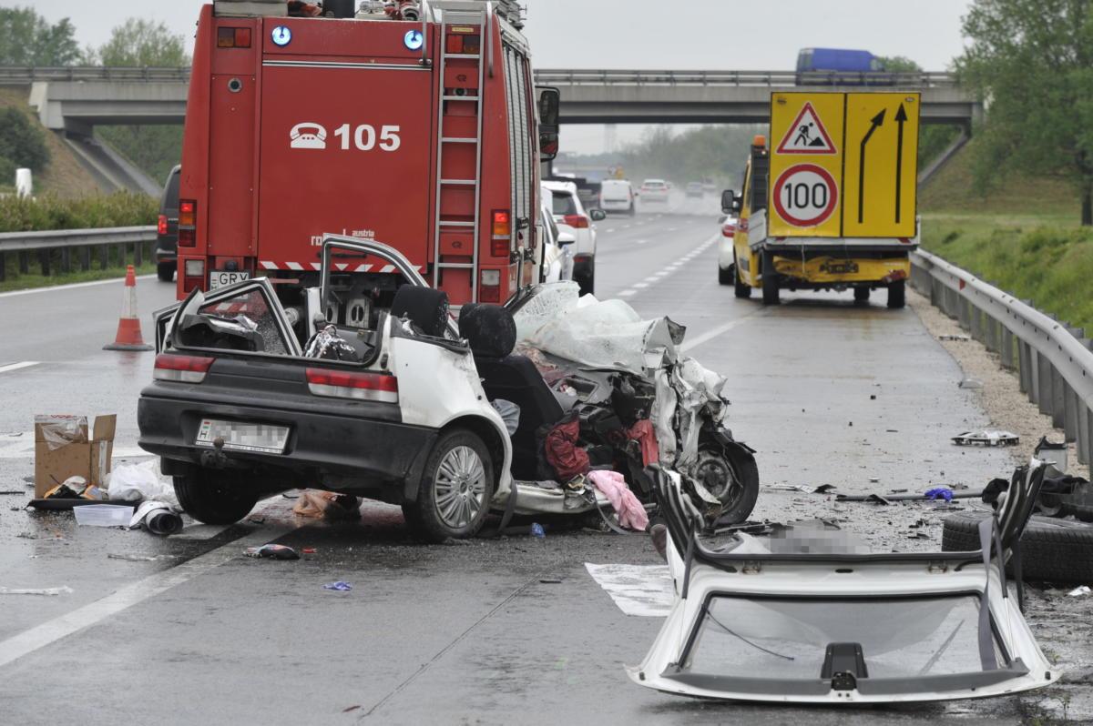 Összeroncsolódott személygépkocsi, miután belehajtott a közútkezelő terelést előjelző, álló teherautójába (hátul) az M5-ös autópályán, az újhartyáni lehajtónál 2021. május 20-án.