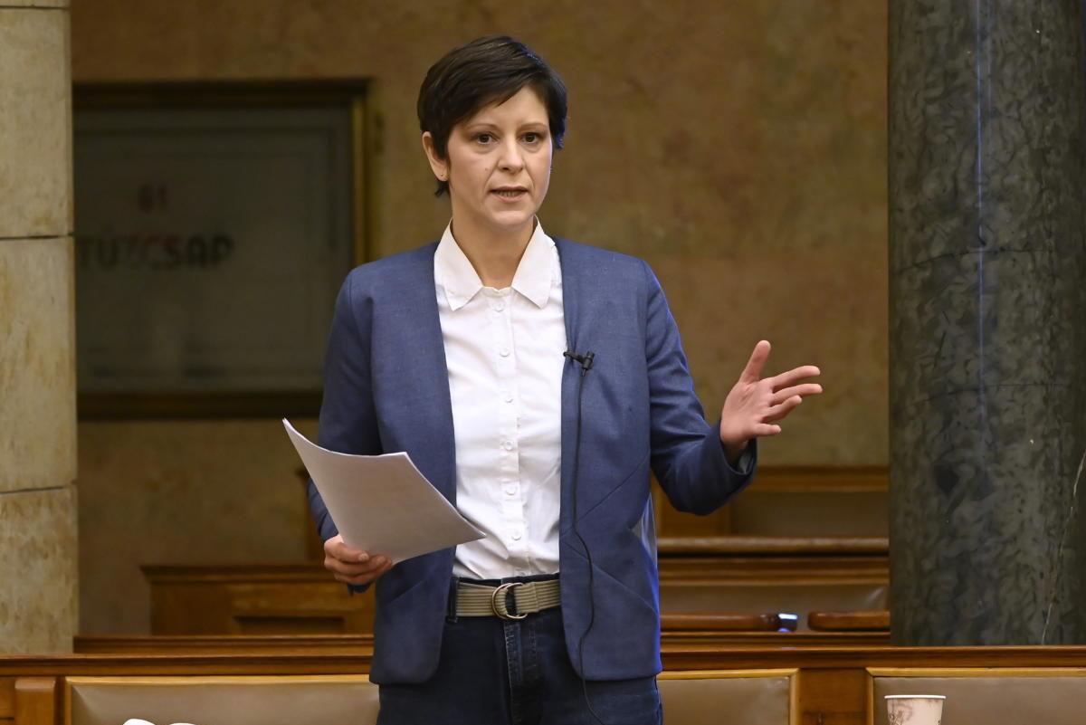 Szél Bernadett független képviselő felszólal az egyes köznevelést érintő törvények módosításáról szóló javaslat általános vitájában az Országgyűlés plenáris ülésén 2021. április 8-án.
