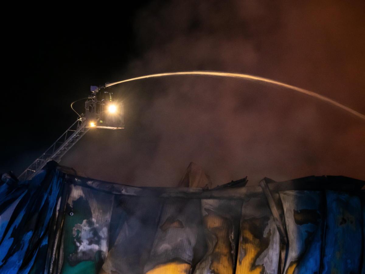Tűzoltó egy kiskőrösi üzemcsarnoknál, amely kiégett 2021. május 23-án.