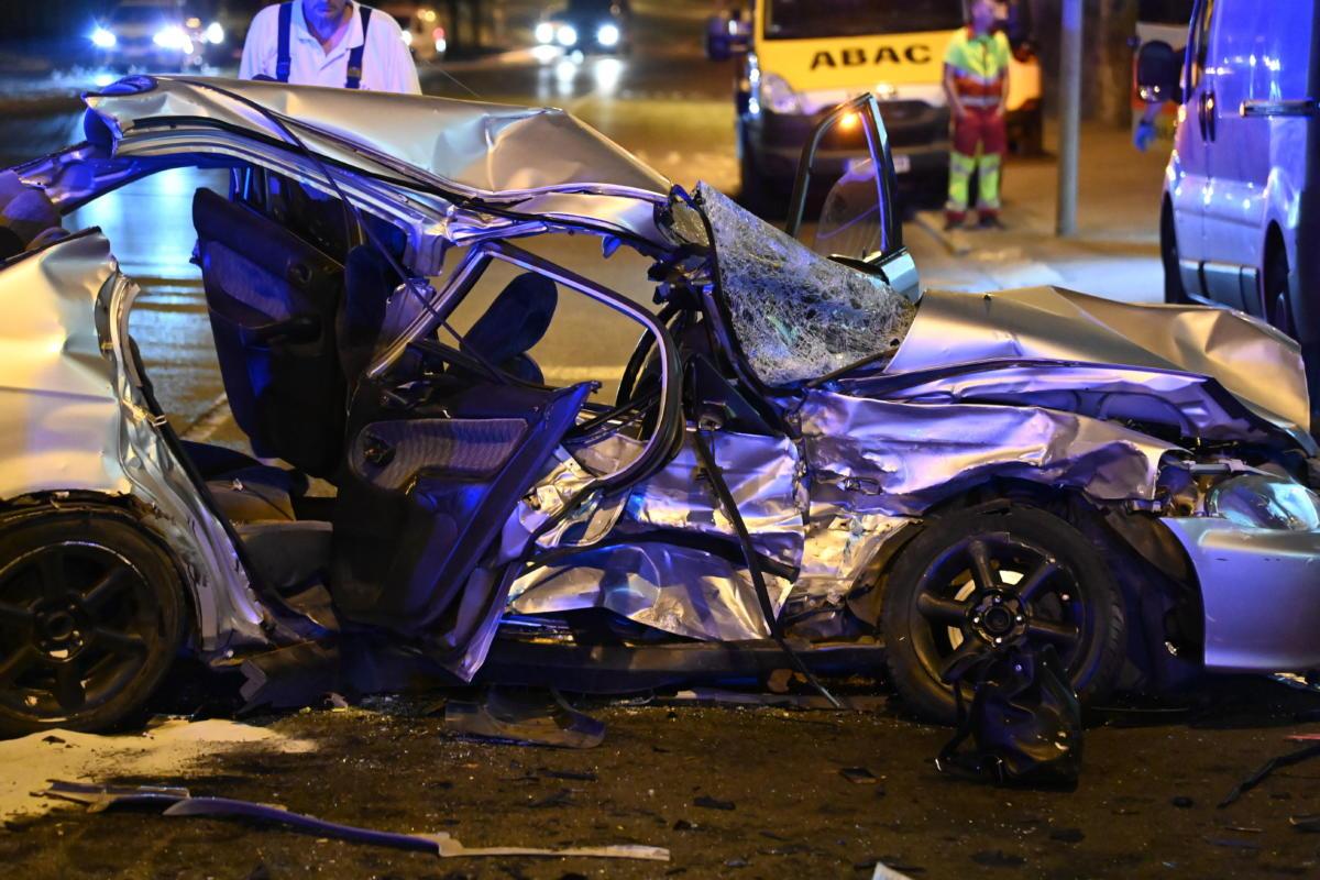 Összetört személygépkocsi, miután összeütközött egy másik autóval Budapesten, a Hegyalja úton 2021. június 26-án. A balesetben ketten meghaltak.