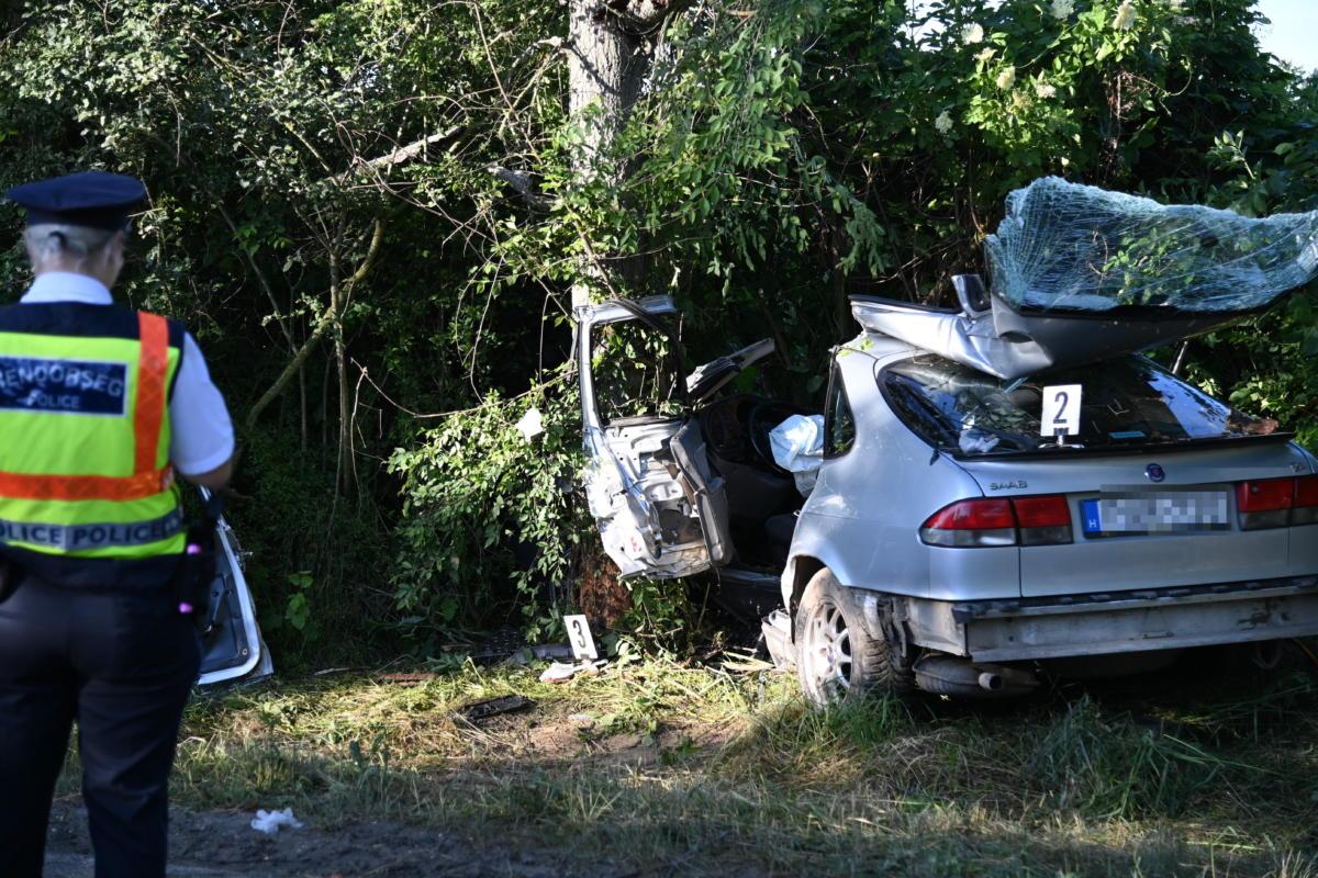 Fának csapódott, összetört személygépkocsi Biatorbágy közelében a 8101-es úton 2021. június 13-án.