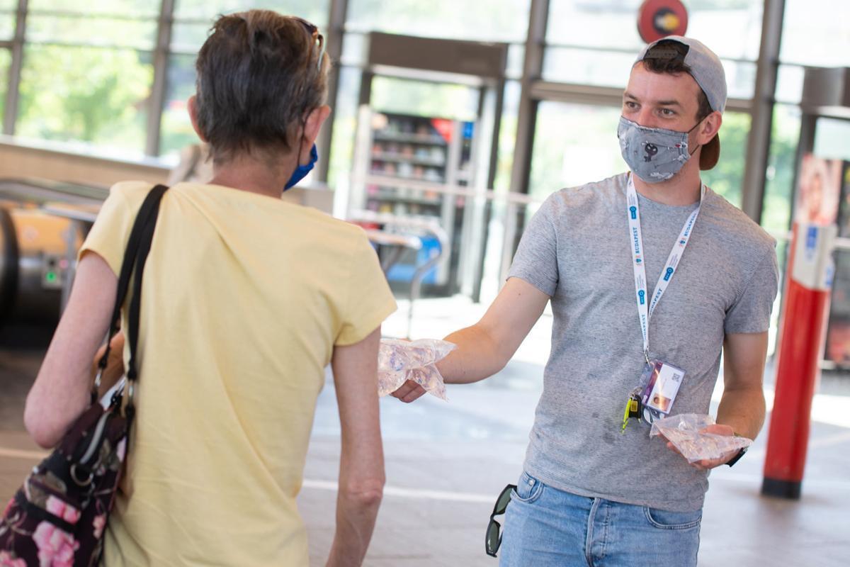 Zacskós vizet oszt a BKK a főbb budapesti csomópontokon, akkora a hőség