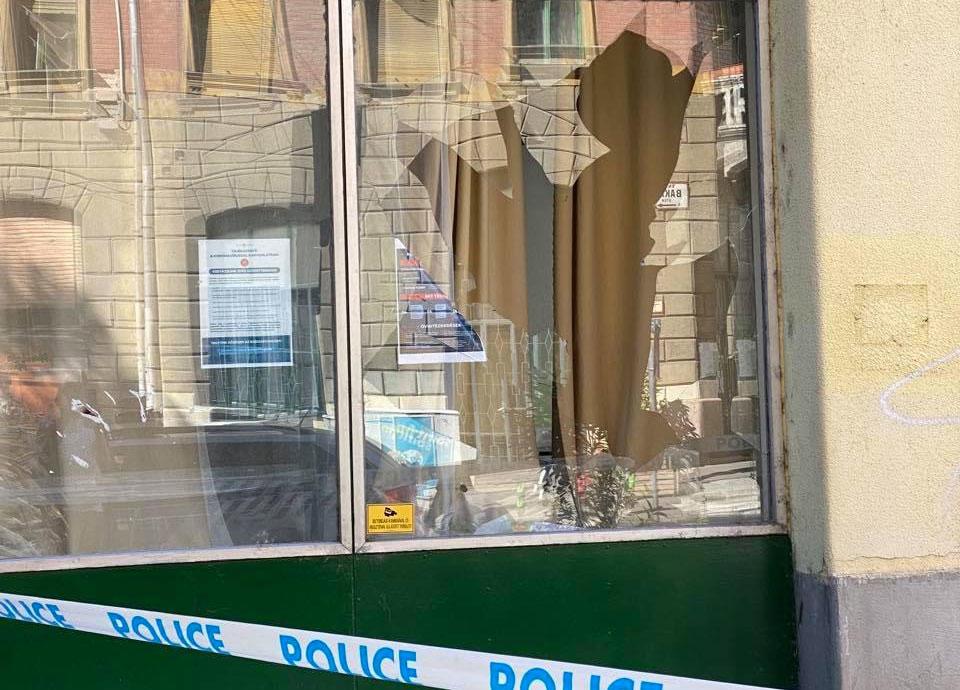 A ferencvárosi Fidesz-lerakat betört ablak.