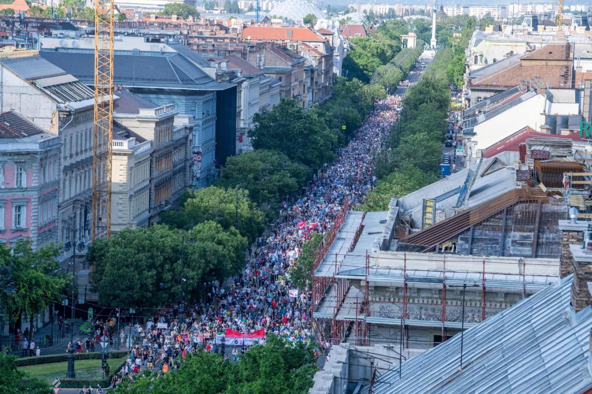 Résztvevők vonulnak a kínai Fudan Egyetem budapesti kampuszának létrehozása ellen meghirdetett tüntetésen a fővárosban, az Andrássy úton 2021. június 5-én.