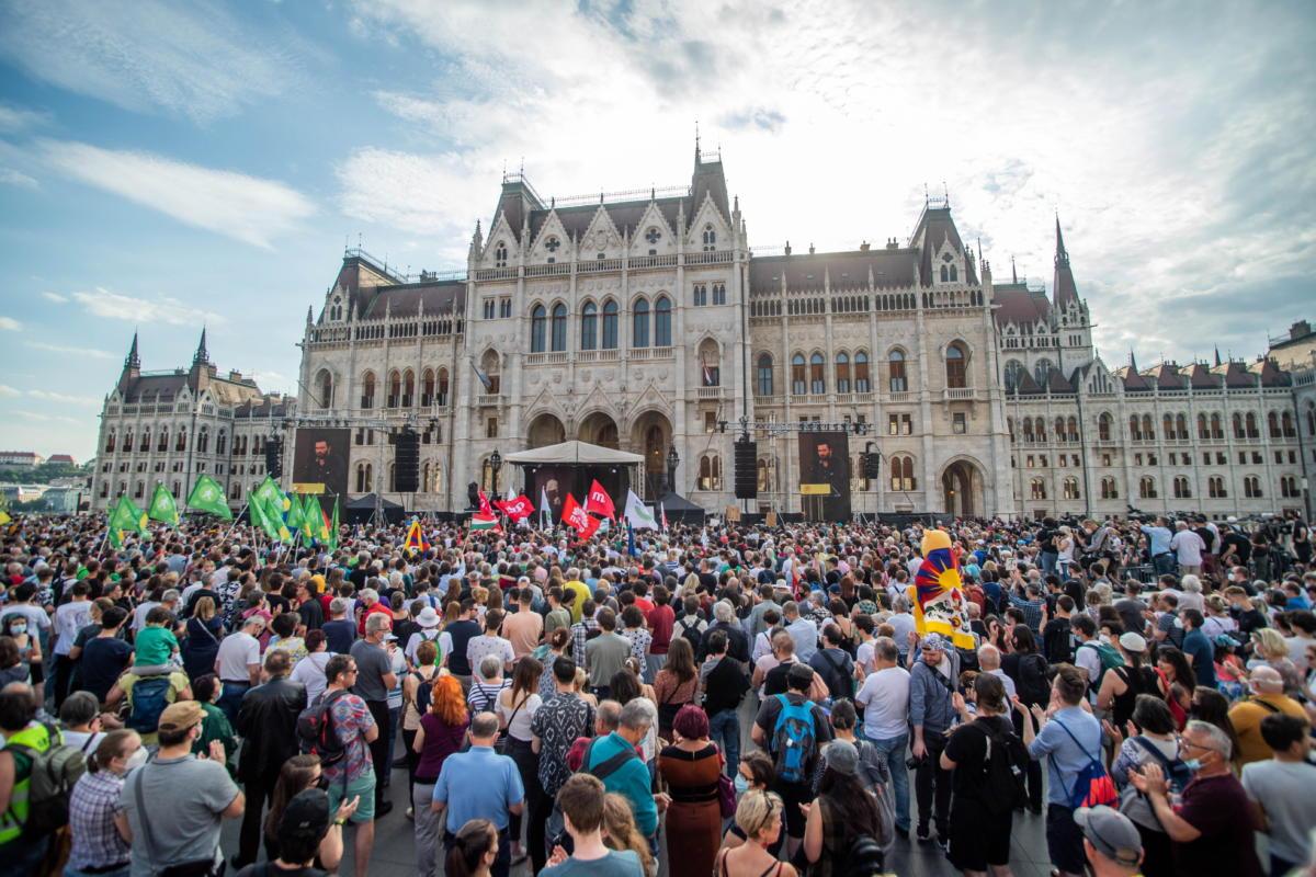Résztvevők a kínai Fudan Egyetem budapesti kampuszának létrehozása ellen meghirdetett tüntetésen a Parlament előtt, a Kossuth Lajos téren 2021. június 5-én.