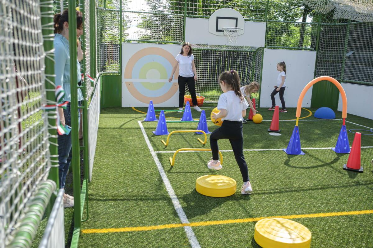 A gyergyószentmiklósi Pitypang óvoda újonnan átadott sportpályája 2021. június 24-én.