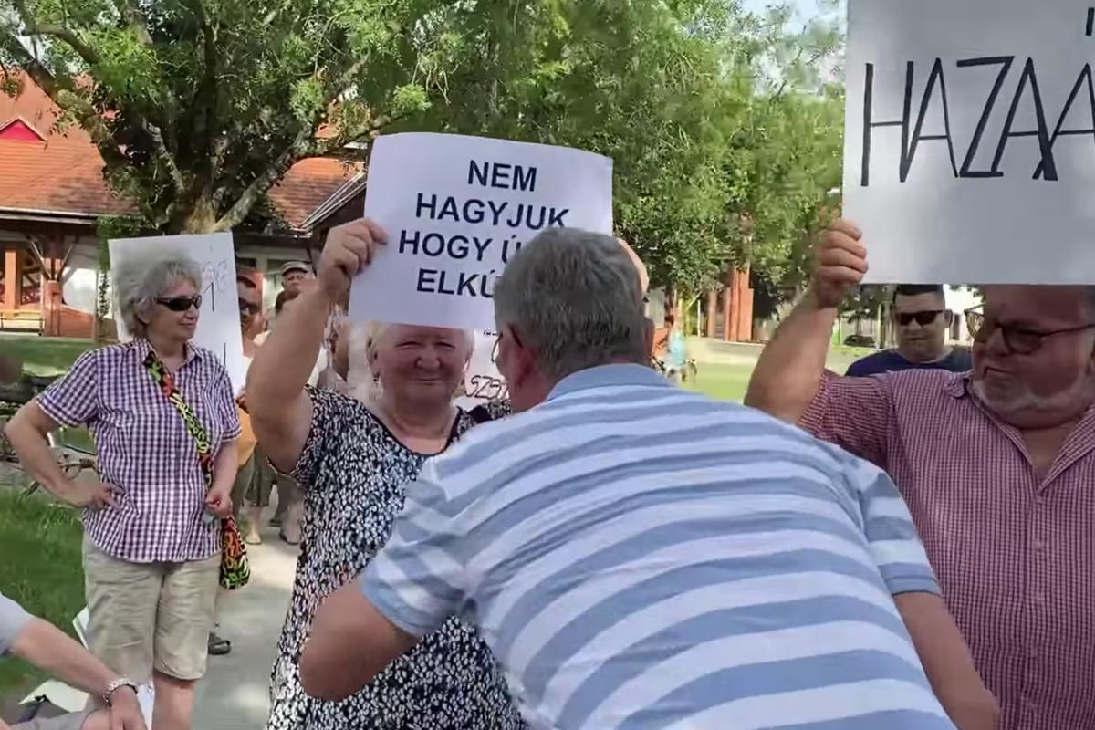 Gyurcsány odalépett az ellene tüntetőkhöz Barcson