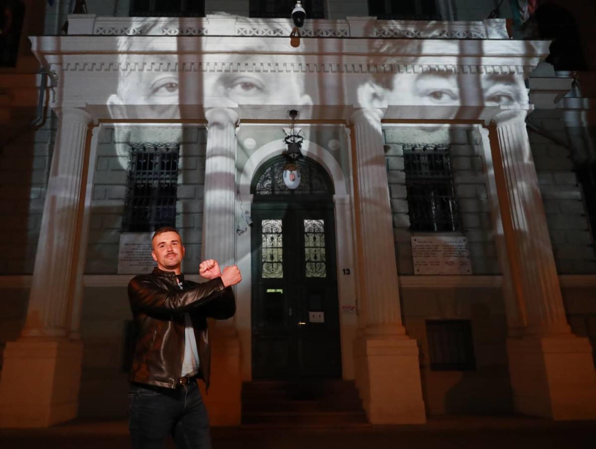 Jakab Péter elpróbálta, hogyan mutat majd Orbán és Mészáros a szegedi Csillagbörtönnél