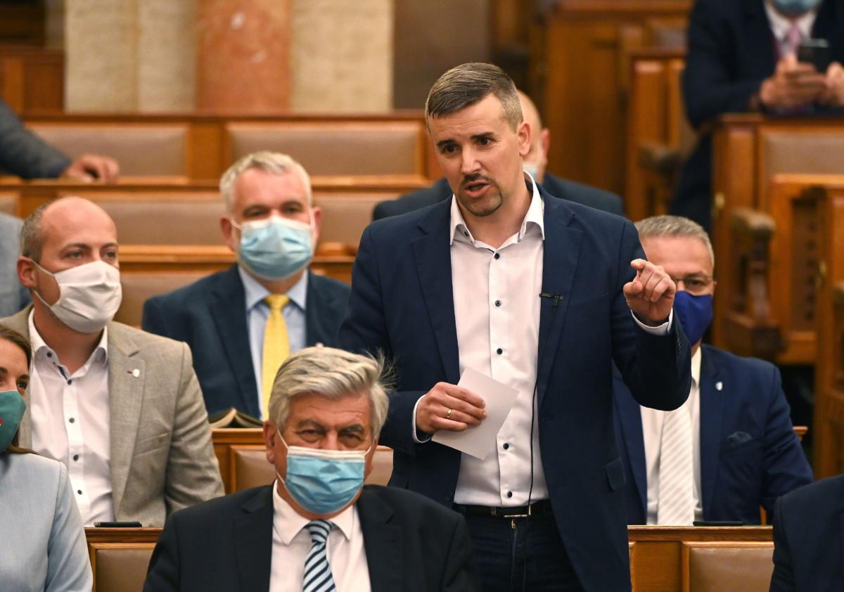 Jakab Péter, a Jobbik frakcióvezetője felszólal napirend előtt az Országgyűlés plenáris ülésén 2021. június 14-én.