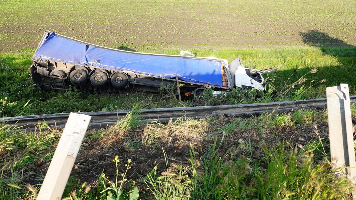 Ütközésben összetört, árokba borult kamion a 4-es főút 92-es kilométerénél, Szolnoknál 2021. június 4-én.