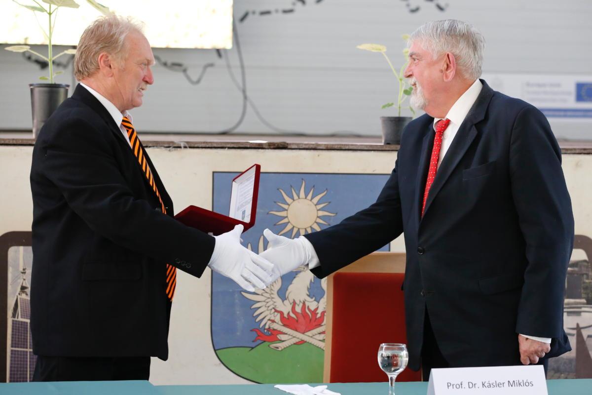 Köcse Tibor polgármester díszpolgári címet ad át Kásler Miklósnak, az emberi erőforrások miniszterének a Zala megyei Nagypáliban 2021. június 18-án.