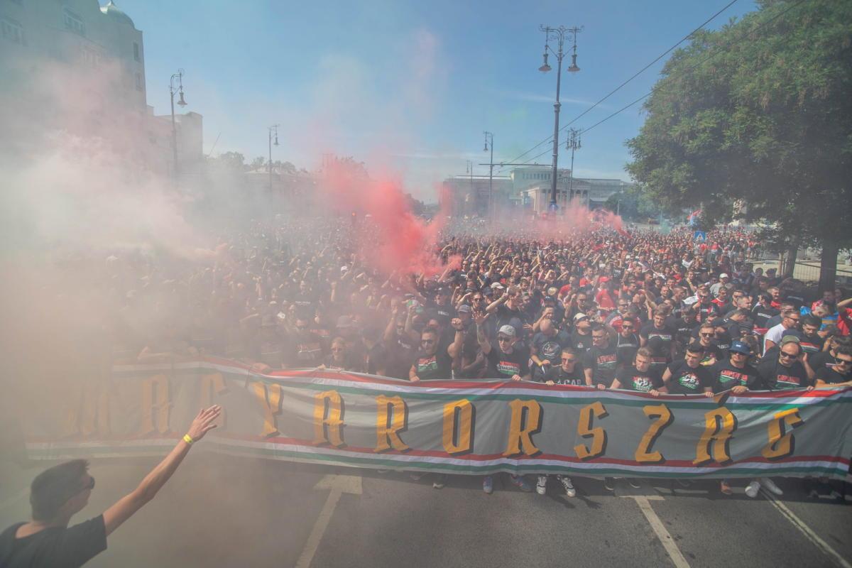 Magyar szurkolók a Dózsa György úton 2021. június 15-én. A koronavírus-járvány miatt 2021-re halasztott 2020-as labdarúgó Európa-bajnokság F csoportjában szereplő magyar válogatott Portugália ellen lép pályára ezen a napon.