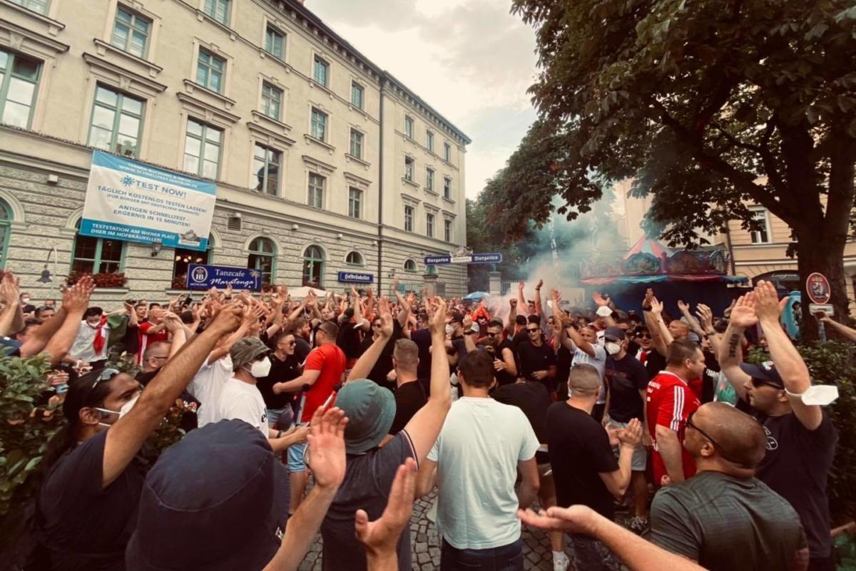 Így szurkol a magyar keménymag Münchenben (betűpontos dalszöveg)