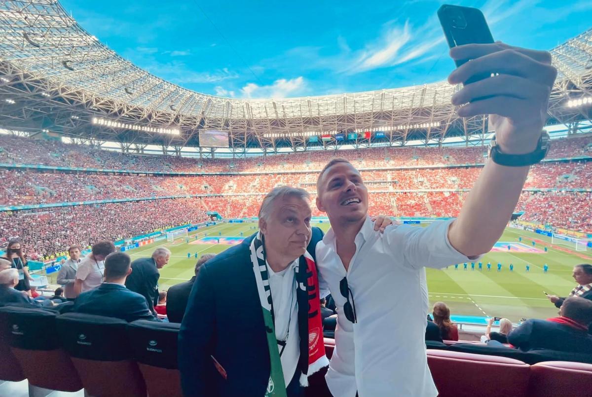 Orbán Viktor szelfizteti magát Dzsudzsák Balázzsal a Magyarország–Portugália mérkőzés előtt a Puskás Arénában 2021. június 15-én.