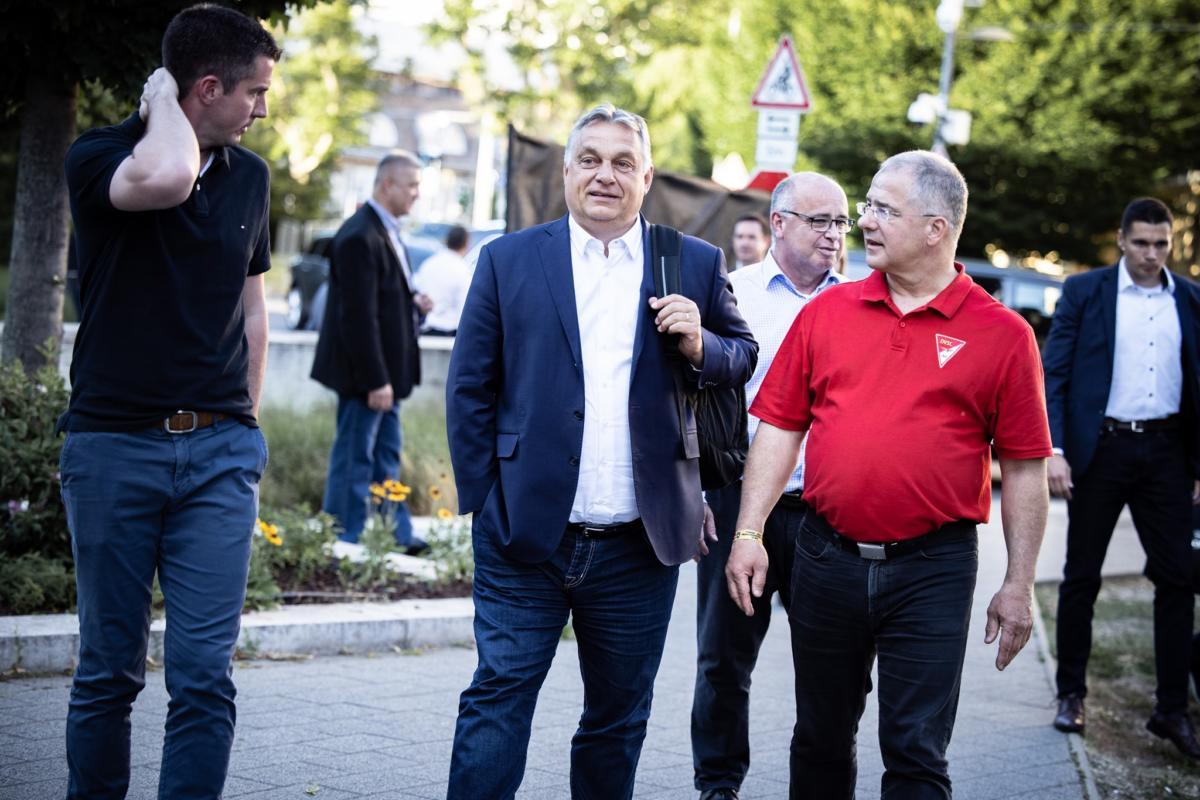 Kocsis Máté, Orbán Viktor és Kósa Lajos érkeznek a frakcióülésre 2021. június 16-án.