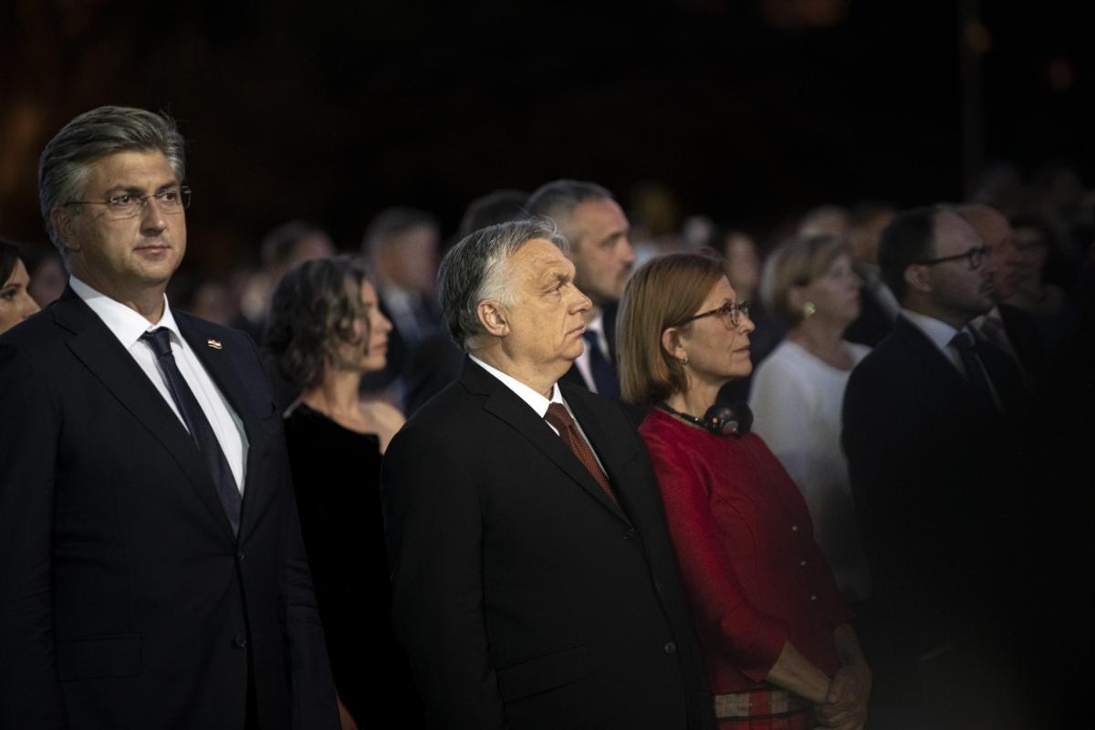 Orbán Viktor miniszterelnök és felesége, Lévai Anikó (k) a szlovén államiság 30. évfordulója és Szlovéniának az Európai Unió Tanácsában betöltendő elnöksége alkalmából rendezett állami ünnepségen Ljubljanában 2021. június 25-én. Balra Andrej Plenkovic horvát kormányfő.