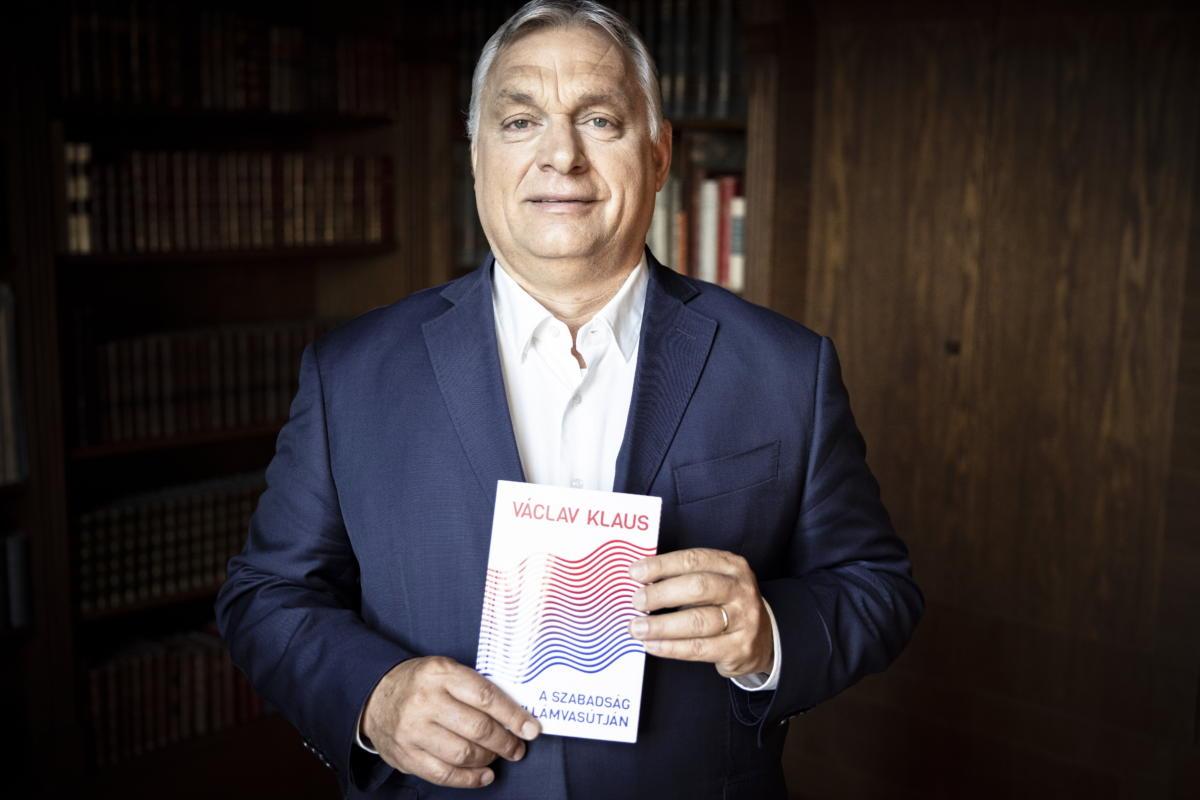 Orbán Viktor kormányfő Václav Klaus A szabadság hullámvasútján című könyvével kezében a Karmelita kolostor könyvtárában 2021. június 19-én.