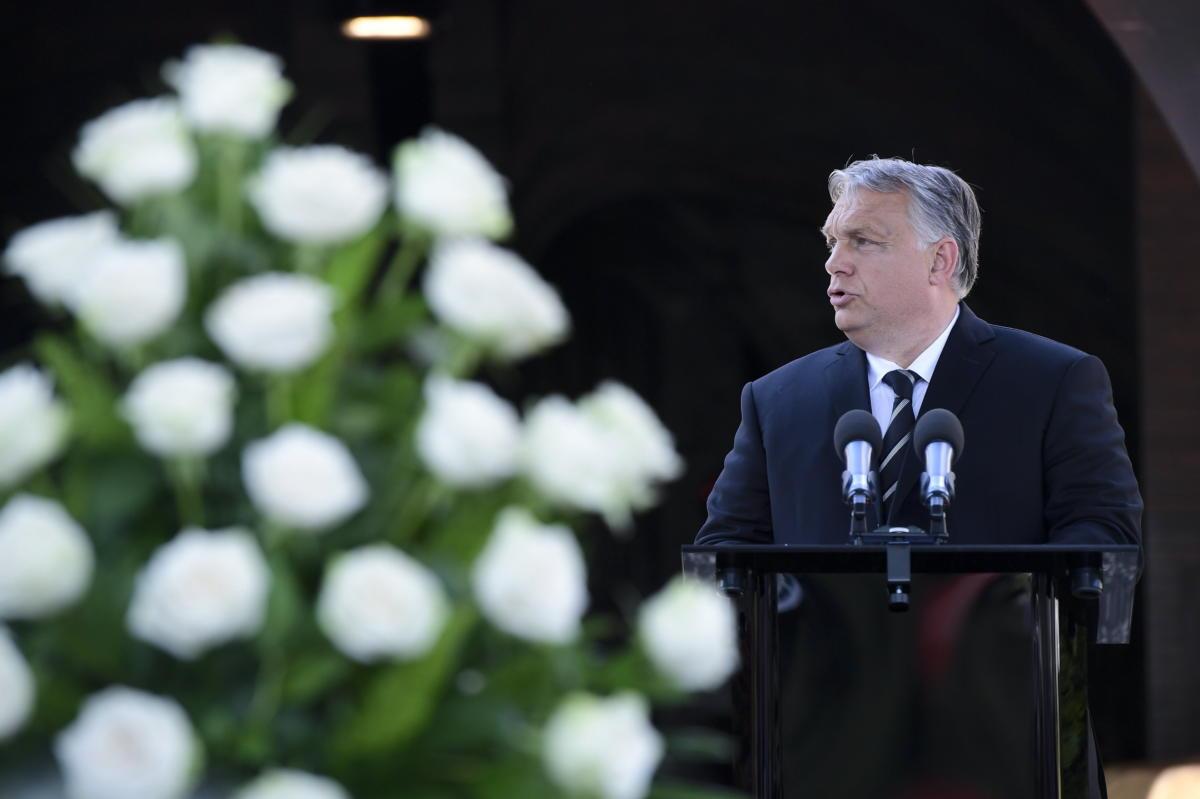 Orbán Viktor miniszterelnök beszédet mond Jankovics Marcell temetésén a Farkasréti temetőben 2021. június 22-én. A Kossuth- és Balázs Béla-díjas, a Magyar Köztársasági Érdemrend középkeresztjével kitüntetett rajzfilmrendező, grafikus, könyvillusztrátor, művelődéstörténész, a nemzet művésze, a Magyar Művészeti Akadémia (MMA) tiszteletbeli elnöke május 29-én, életének 80. évében hunyt el.