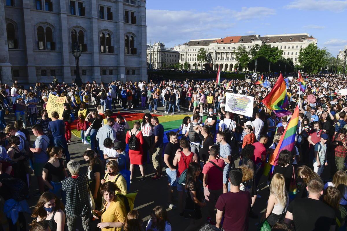 A pedofilellenes törvényjavaslat homofób módosításai ellen tartott demonstráció résztvevői az Országház előtti Kossuth téren 2021. június 14-én.