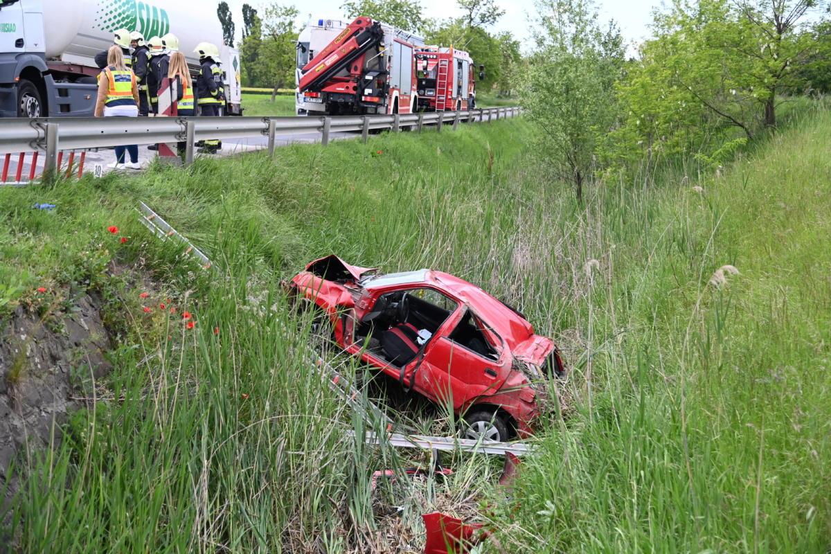 Az árokba csapódott, összetört személygépkocsi Újszilvásnál 2021. június 1-jén.