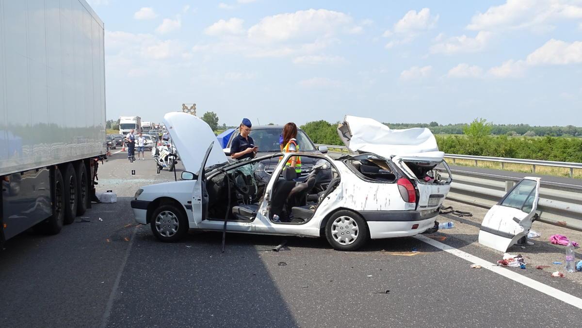 Rendőrök helyszínelnek az M5-ös autópályán Kiskunfélegyházánál 2021. július 24-én, a sztráda Szeged felé vezető oldalán, ahol két gépjármű ütközött össze.