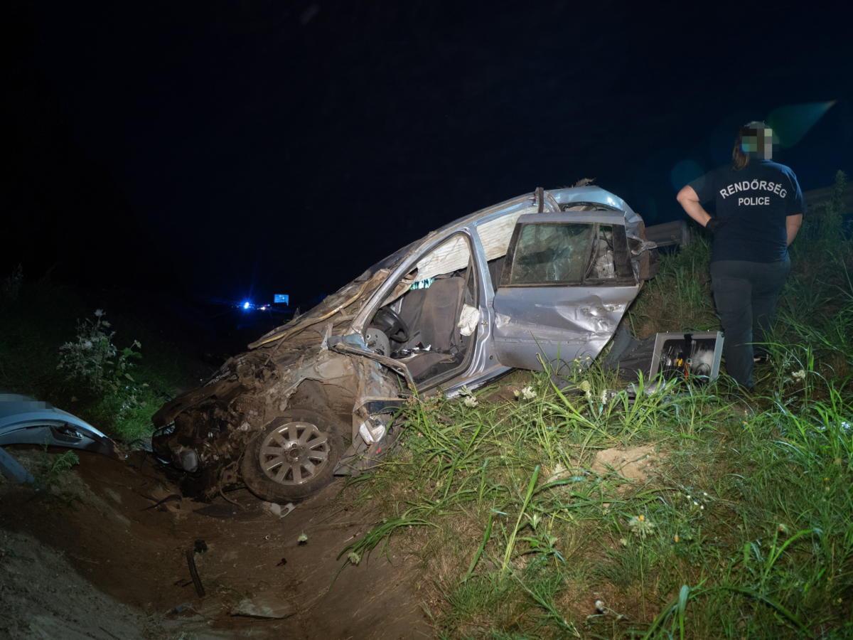Összeroncsolódott személyautó az M6-os autópályánál Szekszárd közelében, Szedresnél, ahol szalagkorlátnak csapódott egy személyautó 2021. július 24-én.