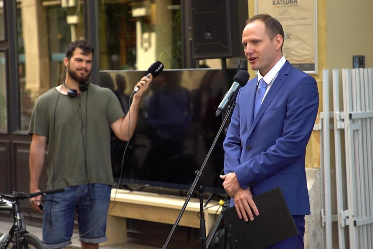 Bödőcs Tibor Hofi Géza VI. kerületi emléktáblájának avatásán 2021. július 2-án.
