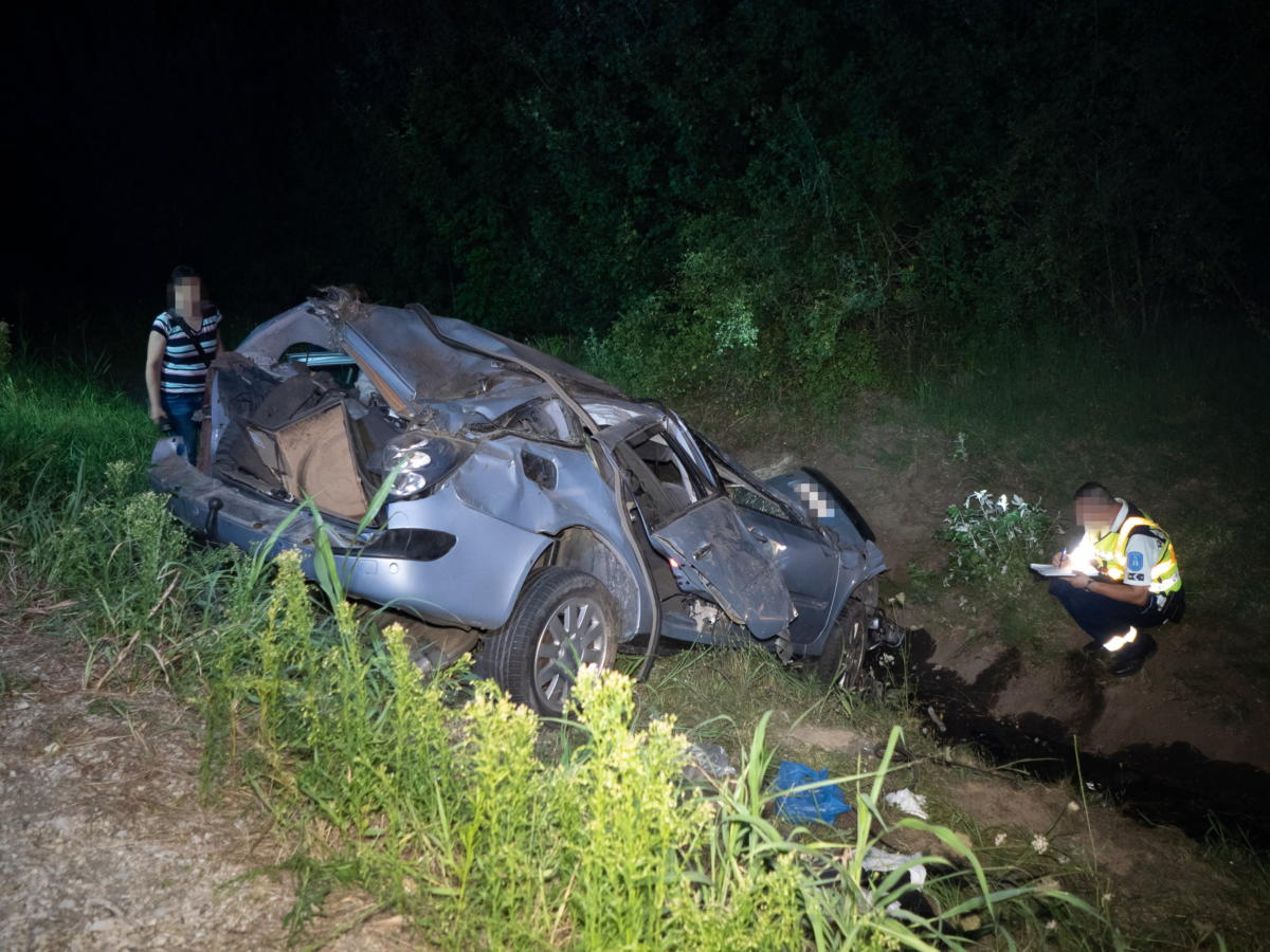 Rendőr összeroncsolódott személyautó mellett helyszínel az M6-os autópályánál Szekszárd közelében, Szedresnél, ahol szalagkorlátnak csapódott egy személyautó 2021. július 24-én.