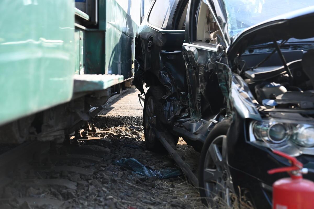 A HÉV-vel történt ütközésben összetört autó Csömörön a Major utcában 2021. július 12-én.