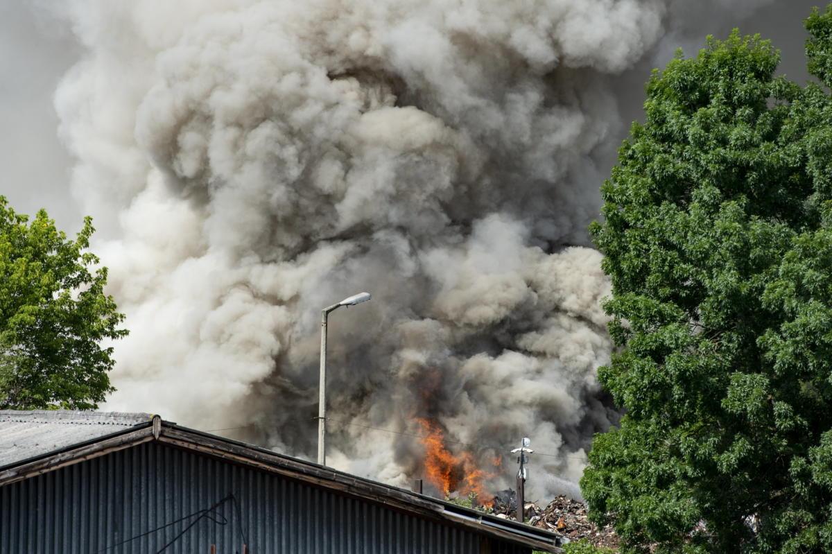 Egy kigyulladt MÉH-telep füstje gomolyog Salgótarjánban 2021. július 4-én.